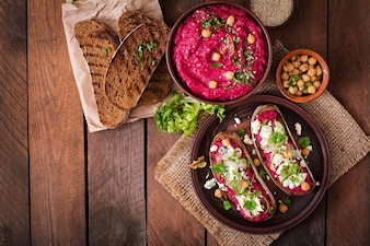 Вегетарианские бутерброды с свеклой hummus, огурцом и голубым сыром