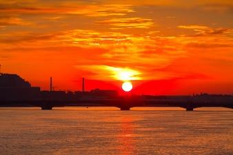 夜明けのネヴァ川の景色
