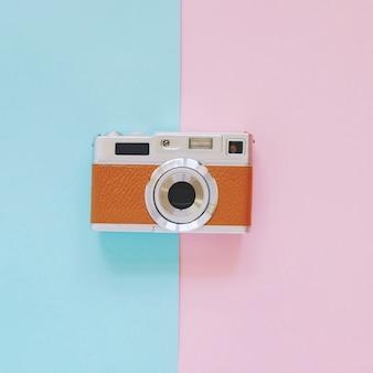 ビンテージカメラの外観は、ピンクと青の背景、最小限のスタイル