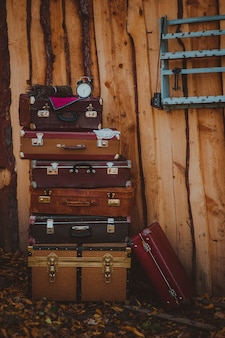 ヴィンテージクラシックブラウンレザースーツケース。旅行コンセプト