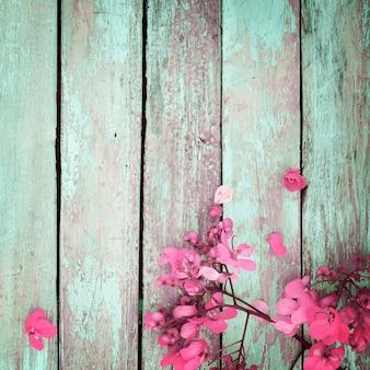 木の背景にヴィンテージの花