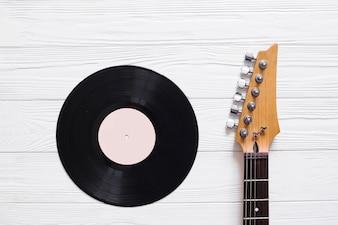 ギター付きのビニールレコード