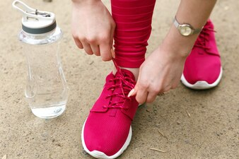 美しい靴の道の女性を着る