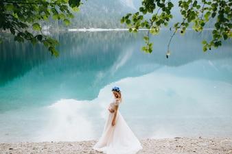 湖のディ・ガルダの幸せな結婚式のカップル