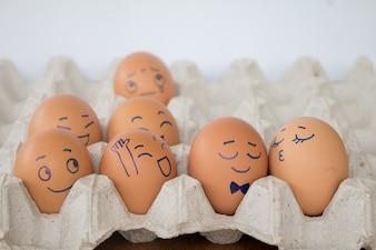 結婚式の卵は、茶色の紙箱の卵殻に作用する。