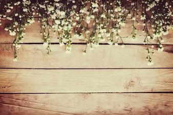 白い花、スペースのある木製のボードボードの背景。