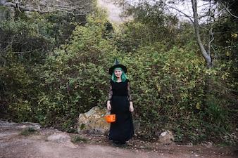 森の中でポーズをとっている魔女