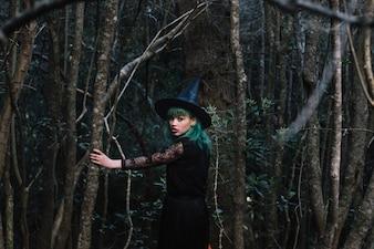 木で歩く魔女