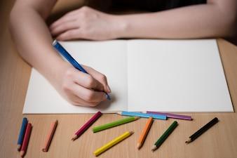 空の本に書く女性の手