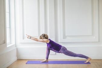 女性の瞑想とストレッチ