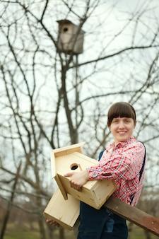 新しい鳥の巣を持つ女性