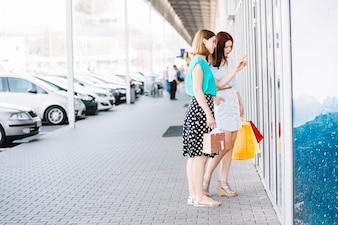 ウィンドウで購入する女性