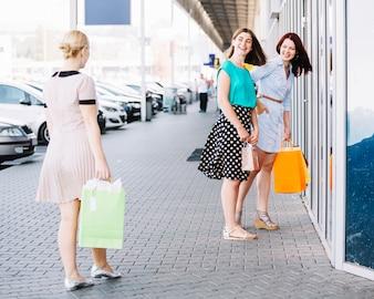 女性の買い物客に会う友人
