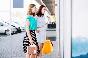 店の窓に立つ女性