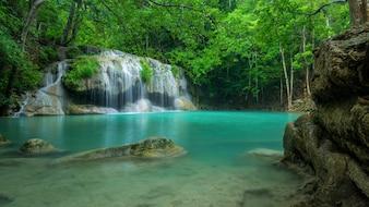 深い森の素晴らしい緑の滝、カンチャナブリ州、タイにあるエラワンの滝