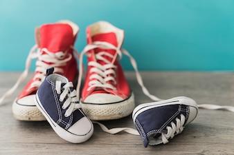 赤と青の靴が付いている木製の表面
