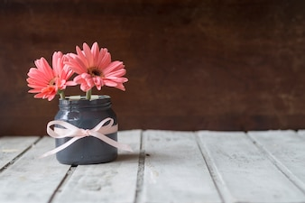 花瓶とかわいい花と木のテーブル