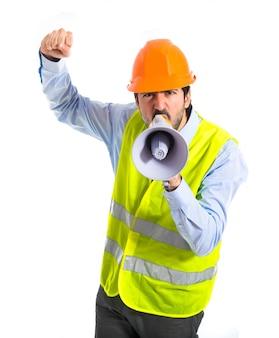 白い背景を叫ぶ労働者