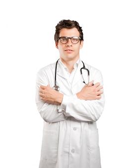 白い背景に冷たいジェスチャーで心配している医師