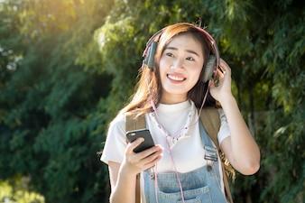 若い、アジア人、ヒップスター、ヘッドホン、自然、背景、屋外で、スマートフォン、音楽、