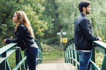 若いカップルが公園で葛藤しています。