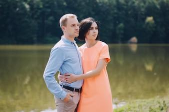 湖でポーズを取る若いカップル