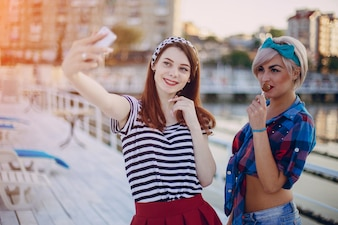 Young girls posing for a selfie al atardecer