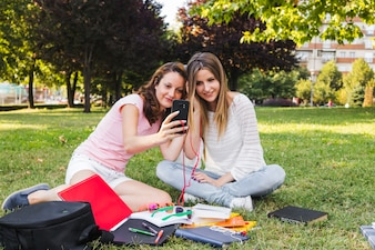 勉強中にセルフをしている若い女の子