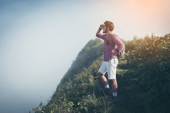 山に登る若い男。達成と成功。