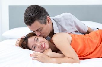 若い、男、キス、笑顔、ベッド