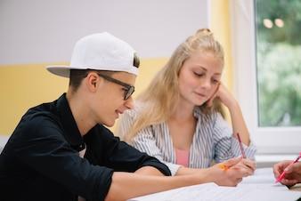 一緒に勉強する若者