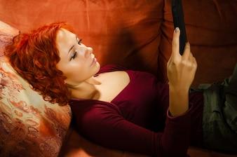 若い、女、あること、ソファー、タブレットpc