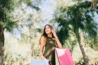 若い、女、身に着けていること、電話、買い物、袋、性質