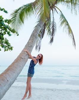 若い女性はビーチでリラックスします