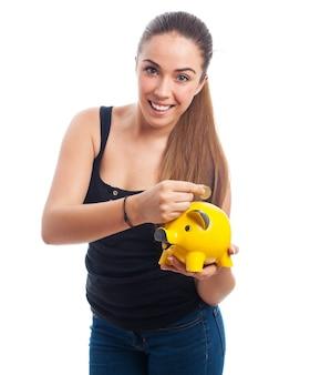 Молодая женщина с Пегги банка