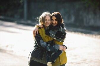 一緒に抱き合っている若い女性