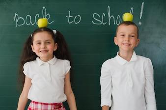 教室でリンゴのポーズをとる若者たち