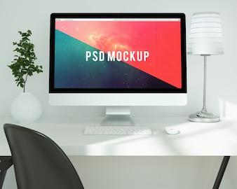 白い机の上のコンピュータは、モックアップする