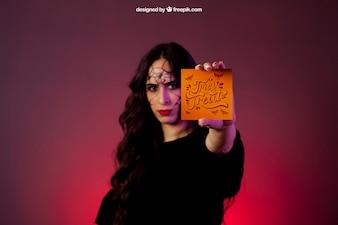 Хэллоуин макет с девушкой, держащей карту