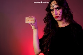 Хэллоуин макет с девушкой показ карты