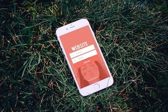 芝生の上で携帯電話をモックアップ
