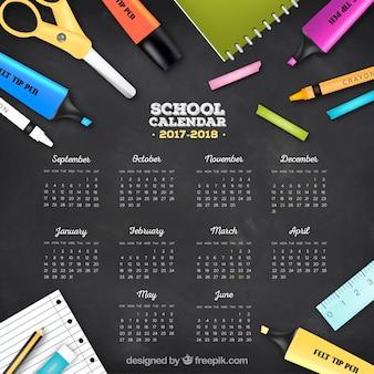 カレンダーと学校の消耗品を備えた黒板の背景