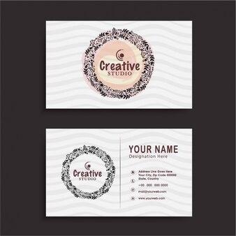 Визитная карточка с цветочным венком и волнистые линии