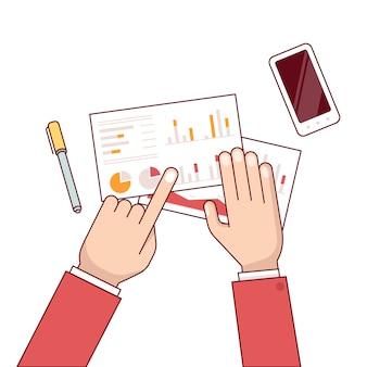 デスク上のデータを議論するビジネスマングループ