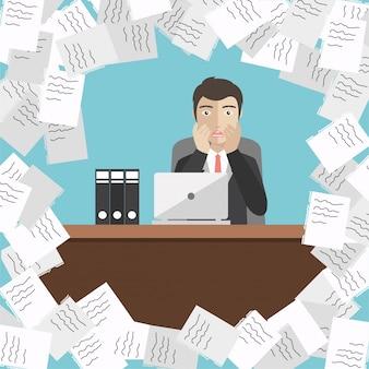 論文の山を持つビジネスマン