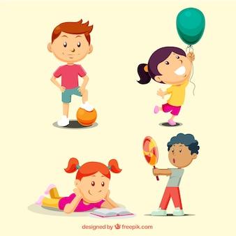 コレクションを遊んでいる子供たち