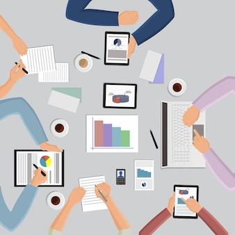 テーブルとオフィスワーカーアイコンのフラットスタイルの手ビジネス管理会議とブレーンストーミングトップビューのベクトル図で