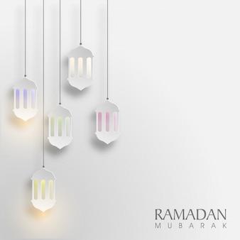 輝く掛かる紙ランプは、イスラーム聖月、ラマダンムバラクの背景を飾った。