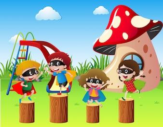 ヒーローの衣装で子供たちが公園で遊ぶ