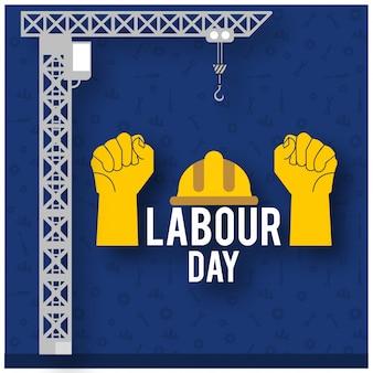 青い背景に労働者のヘルメットと建設クレーンと労働者の手